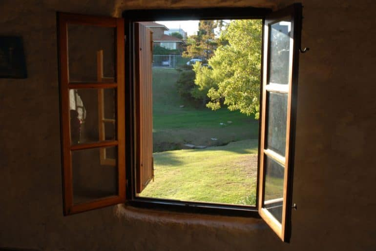 Does opening windows reduce damp?