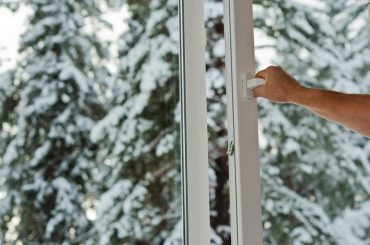 Opening a window in the winter: What the benefits are.